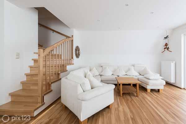 schickes ferienhaus mit gro em gepflegten garten zwei schlafzimmern gro em wohnbereich und. Black Bedroom Furniture Sets. Home Design Ideas